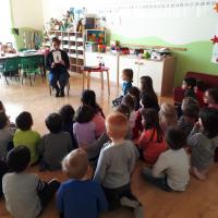 La cantante a scuola